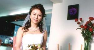 花嫁姿で現れる由美