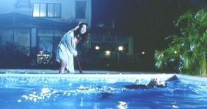 カメラマンを棒で殴ってプールに叩き落とした由美
