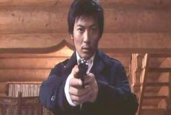 ある人物に銃を向けている赤城
