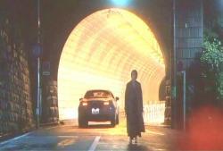 トンネルですれ違う車