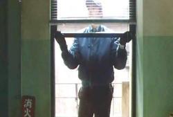 窓を開け進入