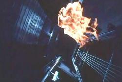 エレベーターの中を落ちていく炎