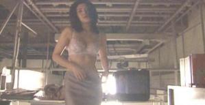 服を脱ぎだすモデルの女