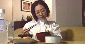 一人で食事している繭子
