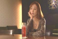 一人バーで誰かを待っている小松千春