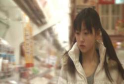 スーパーで買い物する少女・奈々子