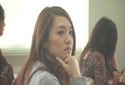 大学の講義に出ている奈々子