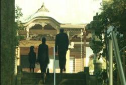 寺に向かう家族