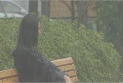 雨の中、ずぶ濡れでベンチに座っている薫