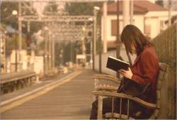 駅のホームで聖書に書かれた通信に気付く薫