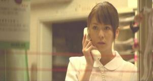 テレビのニュースを見て驚く松本看護師