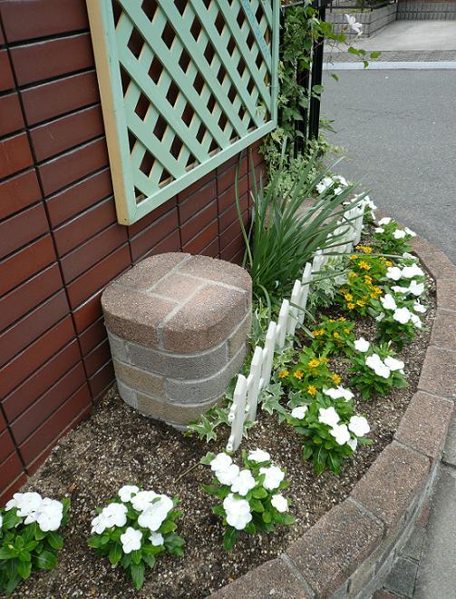 P1310305_門前花壇斜めから