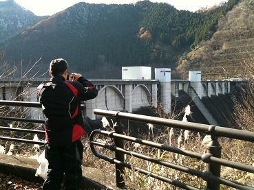 ダムの写真を撮る人