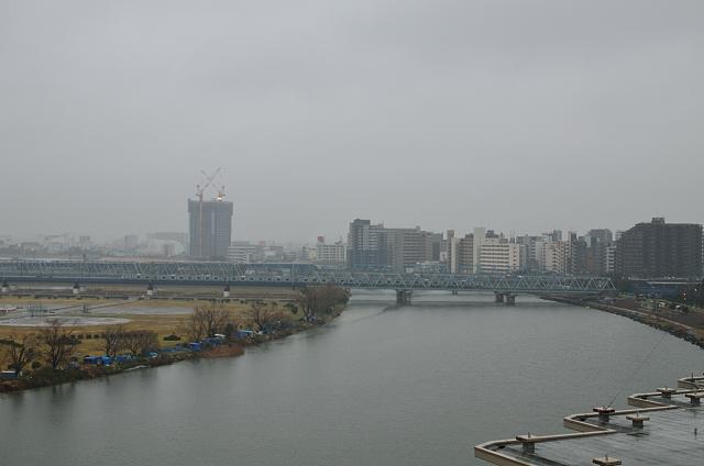 ①雨に煙る多摩川