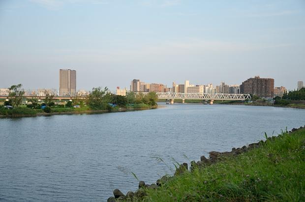 ①夕涼みの多摩川