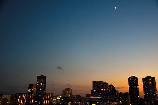 ①三日月のある夜景