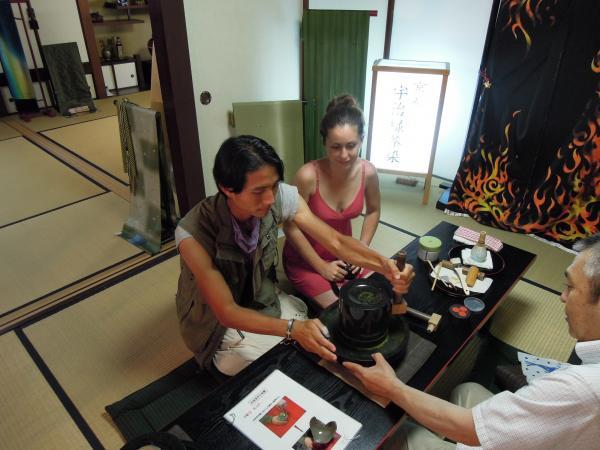 カウチサーフィン(アメリカ、エイミーとダレル)、化野のお茶屋さんにて。