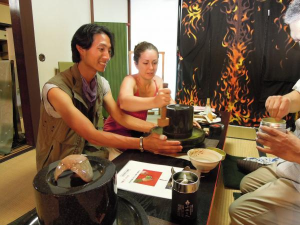 カウチサーフィン(アメリカ、エイミーとダレル)、化野のお茶屋さんにて。2