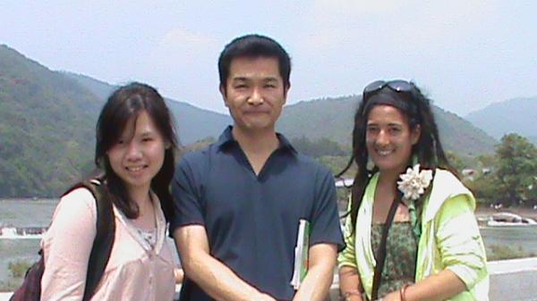 カウチサーフィン(フランス、ナオミ)、(台湾、ペギー)、私、嵐山の渡月橋にて。