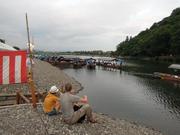 カウチサーフィン(チェコ共和国、ミハエル(スロバキア)、ルカ(ルーマニア))、桂川のほとりにて