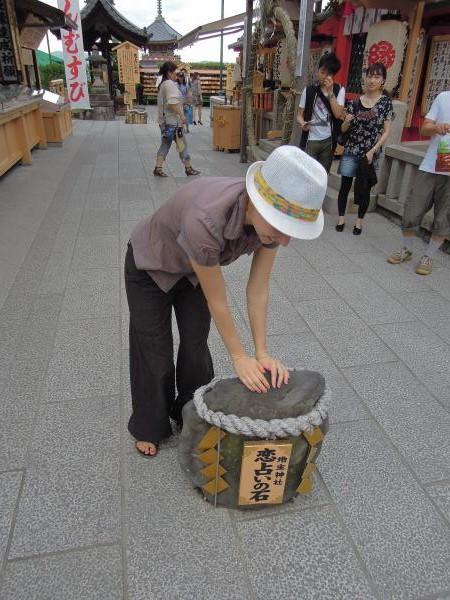 カウチサーフィン(チェコ共和国、ラル(ルーマニア)、恋占いの石に挑戦