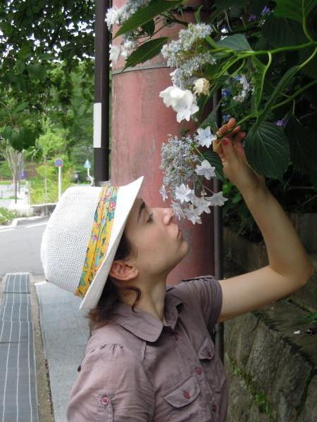 カウチサーフィン(チェコ共和国、花の匂いをかぐラル(ルーマニア))、