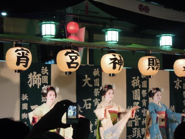 祇園祭、芸者さんの踊り