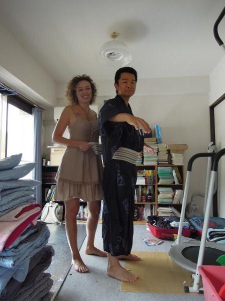 カウチサーフィン(スペイン、マリア)と私。浴衣の着付け中