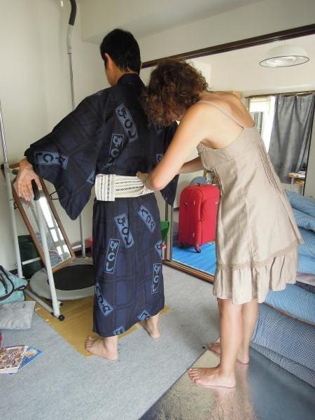 カウチサーフィン(スペイン、マリア)と私。浴衣の着付け中・その2