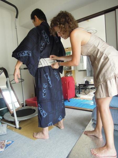 カウチサーフィン(スペイン、マリア)と私。浴衣の着付け中・その3