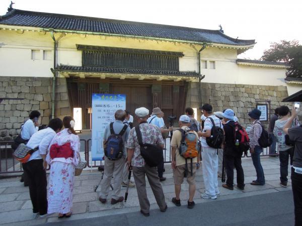 京の七夕(堀川会場)、二条城の門の前