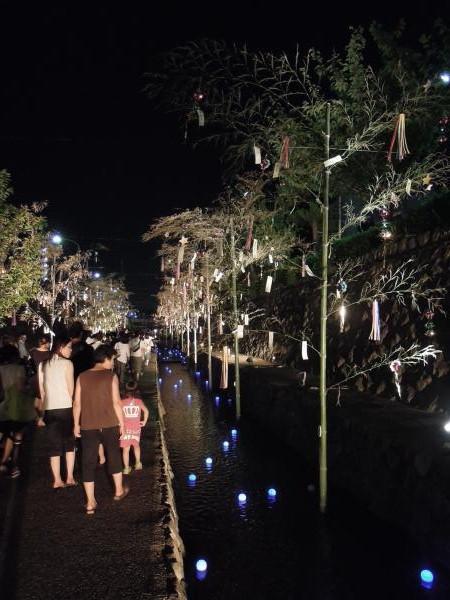 京の七夕(堀川会場)、夜間・短冊と青く光るボール