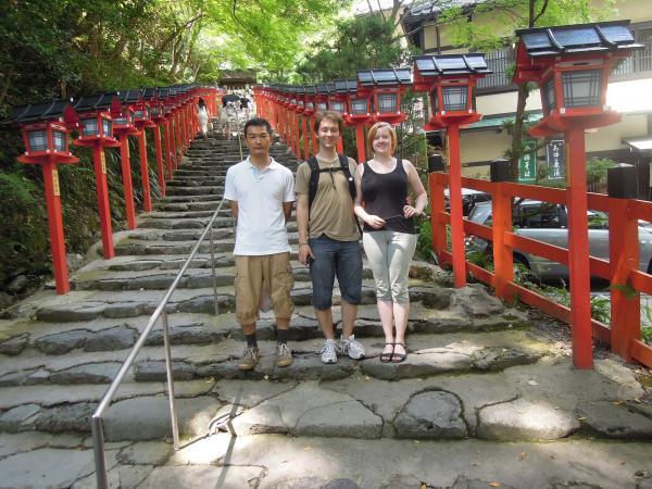 カウチサーフィン(デンマーク)、ラッセとリーナと私。貴船神社参道にて。