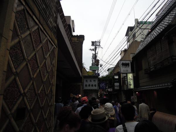 先斗町歌舞練場「舞妓茶屋」前の行列