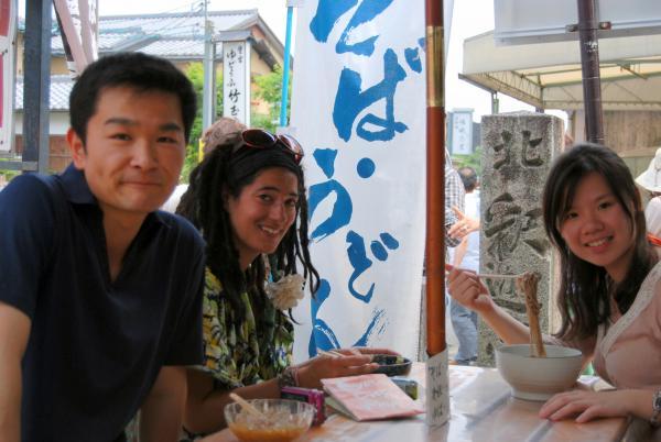 カウチサーフィン(台湾、ペギー)、(フランス、ナオミ)、嵐山の豆腐屋にて。