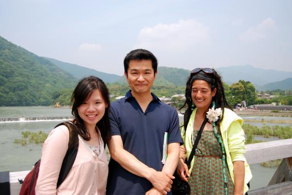 カウチサーフィン(フランス、ナオミ)、(台湾、ペギー)、京都・嵐山の渡月橋にて。