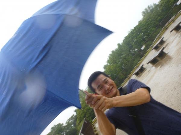 風に傘を持ってかれる私