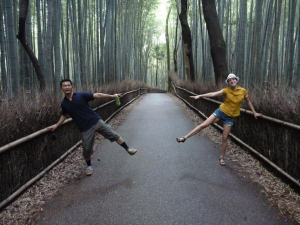 カウチサーフィン(チェコ共和国、ルカ(ルーマニア)と私)、京都・嵐山の竹林にて