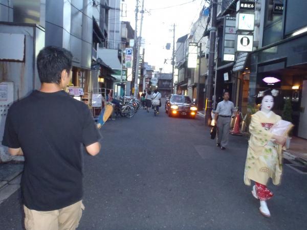 私と舞妓さん。巽橋の近くにて。