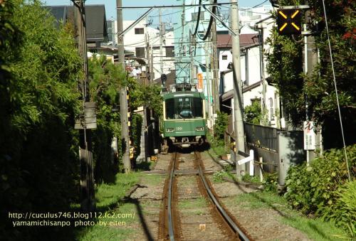 住宅街を走る江ノ電