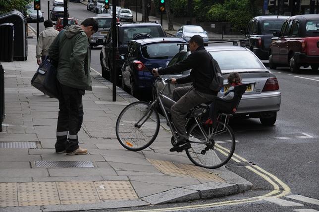 1-3 歩道走行する子乗せ自転車(ロンドン)