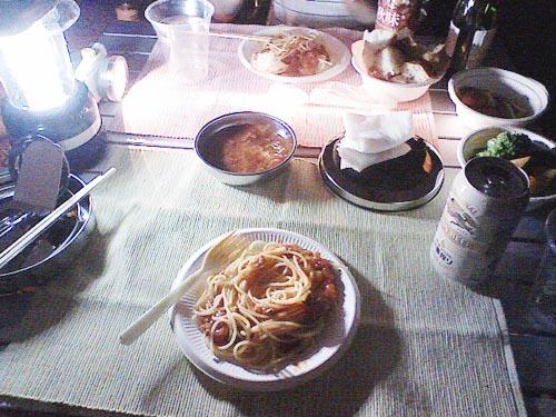 キャンプ地での食事です。