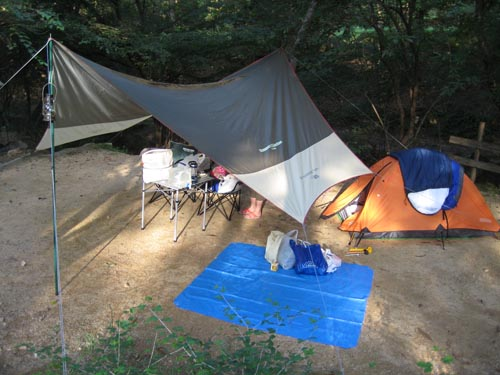 我がキャンプ地。タープがユルい・・。