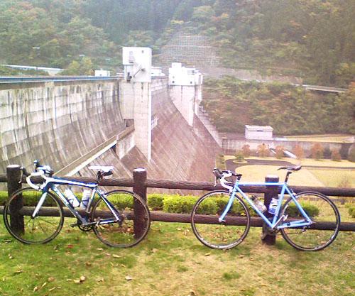 日吉ダムで記念撮影
