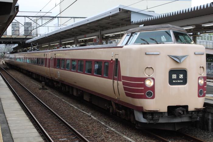 廃車回送される381系フチFH61編成