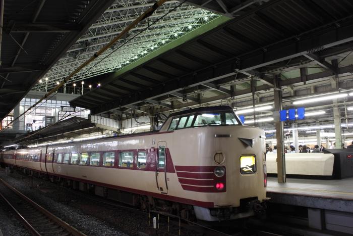381系フチFH63編成と大阪駅の大屋根