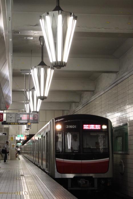 パラソル型照明と御堂筋線30000系
