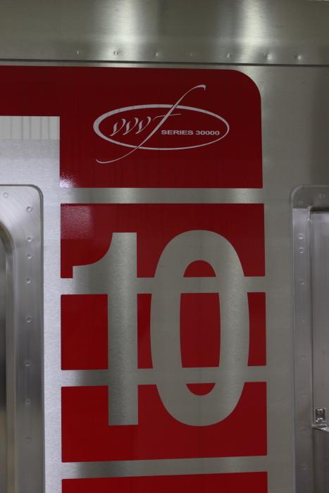 縦のラインと「10」の号車表示、VVVFロゴマーク