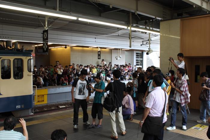 トワイライト団臨と大量の撮影者(大阪駅)