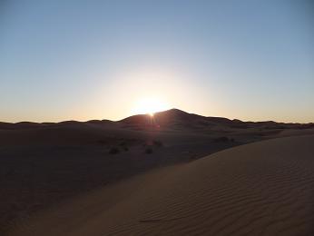 砂漠で見る朝日
